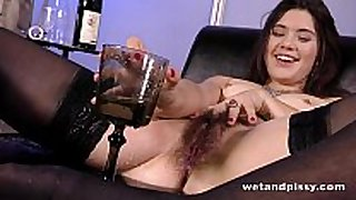 Sofa squirting for hot babe with an untrimmed ...