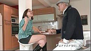 Papy baise une jeune et jolie dark brown etudiante
