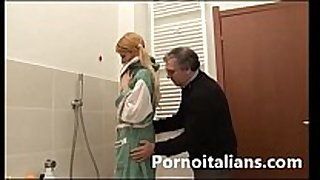 Incesto italian italiano padre lecca le tette...